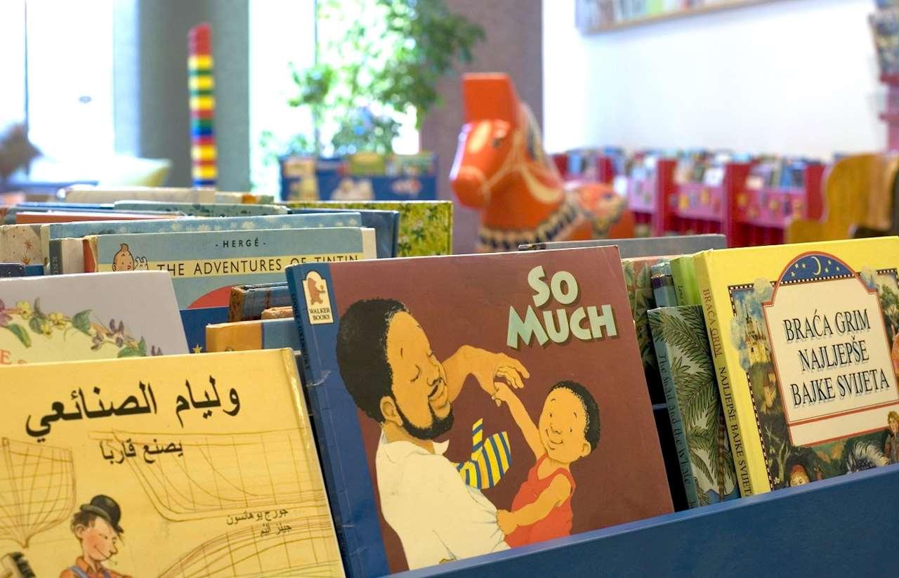 Bild av låda med småbarnsböcker på olika språk.