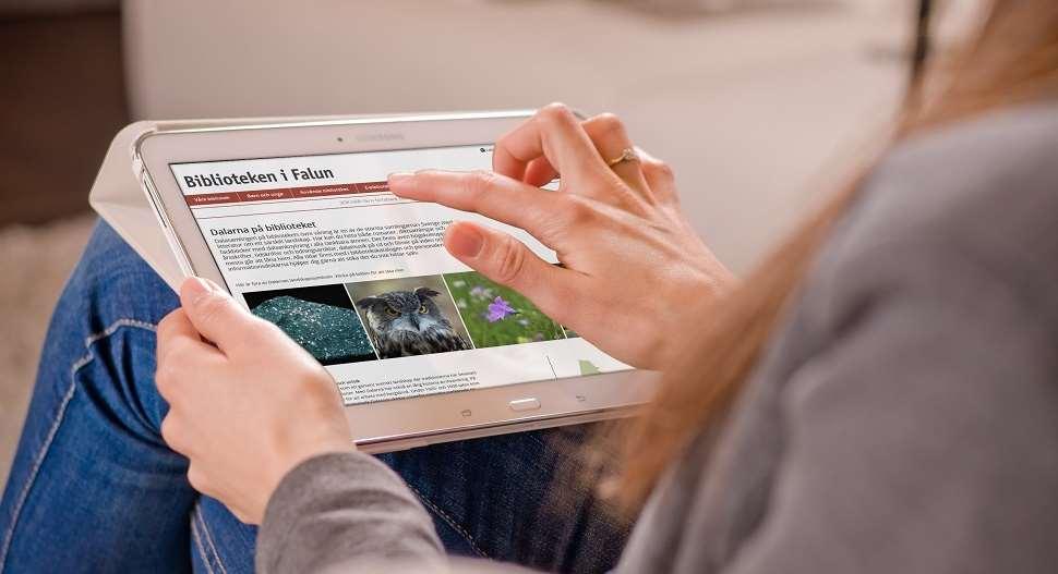Kvinna använder en ipad (länk till bibliotekets webbskola)
