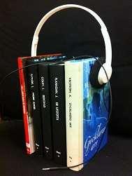 Fem stående böcker som hålls ihop av hörlurar.