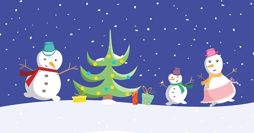 Bild på 3 snögubbar i vinterlandskap. Det snöar. Gran och presenter i mitten
